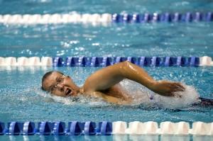 nadador ejercitando su musculatura inferior y superior
